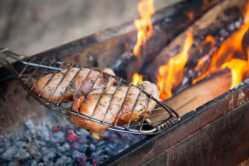Σχάρα κρέατος λωρίδων στηθών κοτόπουλου shish kebab στη σχάρα οβελιδίων στοκ φωτογραφία με δικαίωμα ελεύθερης χρήσης