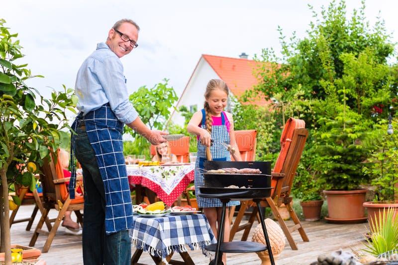 Σχάρα με την οικογένεια στον κήπο στοκ εικόνα με δικαίωμα ελεύθερης χρήσης