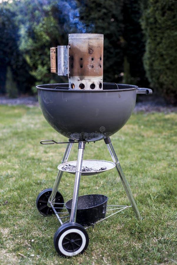 Σχάρα ξυλάνθρακα σχαρών κατσαρολών που ψήνει BBQ που στέκεται στα gras έτοιμα για τη δράση στοκ φωτογραφία