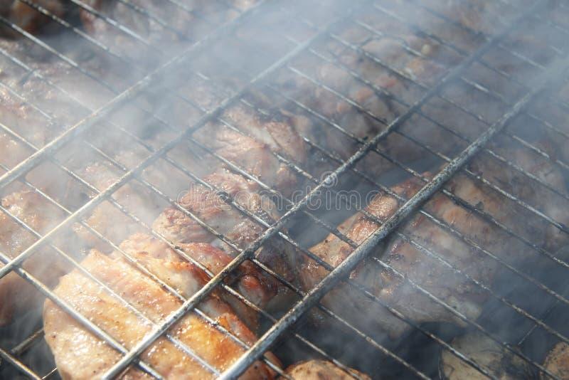 Σχάρα που τηγανίζεται στη φωτιά και τους άνθρακες στοκ φωτογραφίες