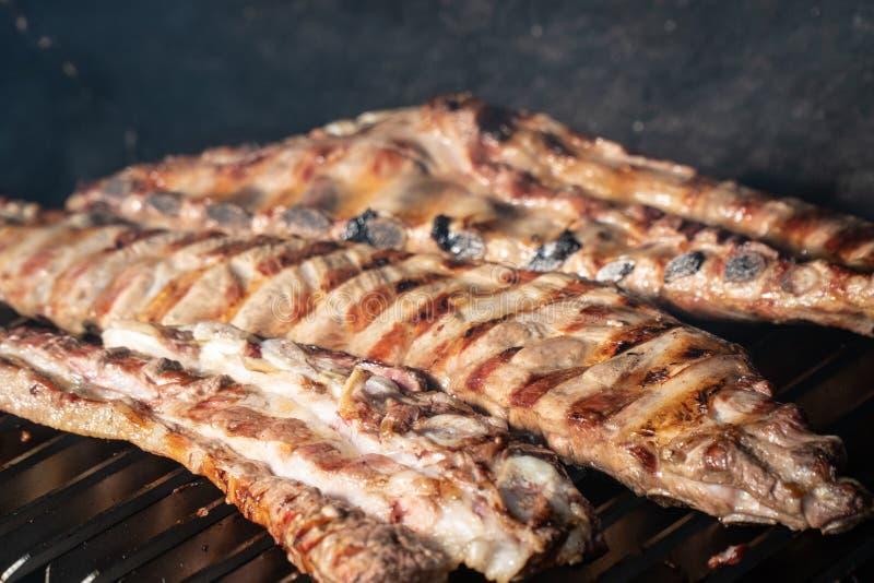 Σχάρα σχαρών με τα ψημένα στη σχάρα πλευρά χοιρινού κρέατος στοκ εικόνες με δικαίωμα ελεύθερης χρήσης