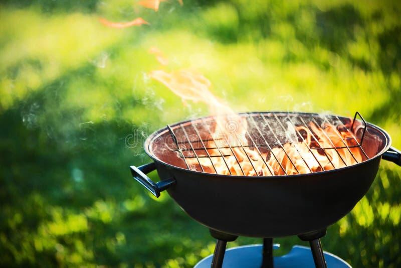 Σχάρα σχαρών με την πυρκαγιά στοκ φωτογραφίες με δικαίωμα ελεύθερης χρήσης