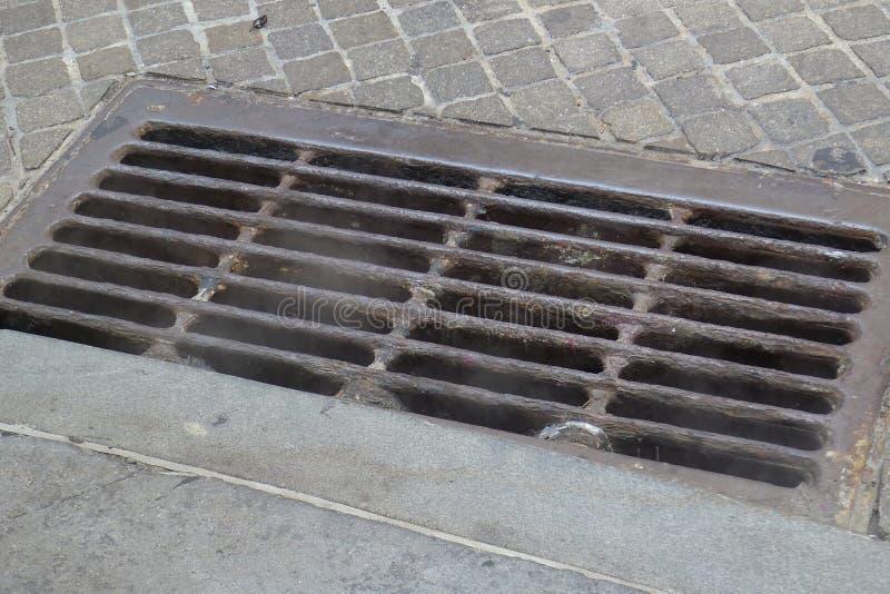 Σχάρα υπονόμων στην πλευρά μιας οδού στοκ φωτογραφία με δικαίωμα ελεύθερης χρήσης
