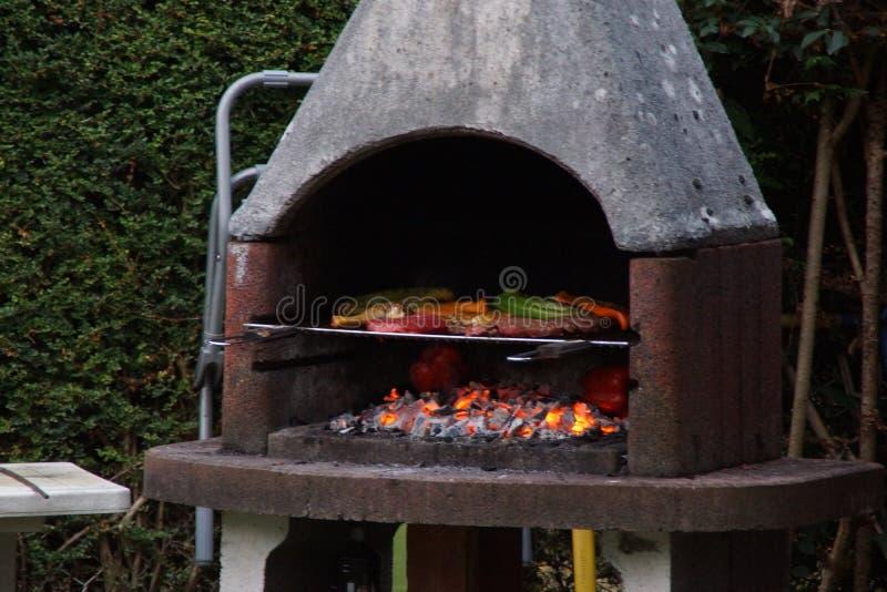 Σχάρες και γλυκά πιπέρια που μαγειρεύουν στη σχάρα στοκ φωτογραφία με δικαίωμα ελεύθερης χρήσης