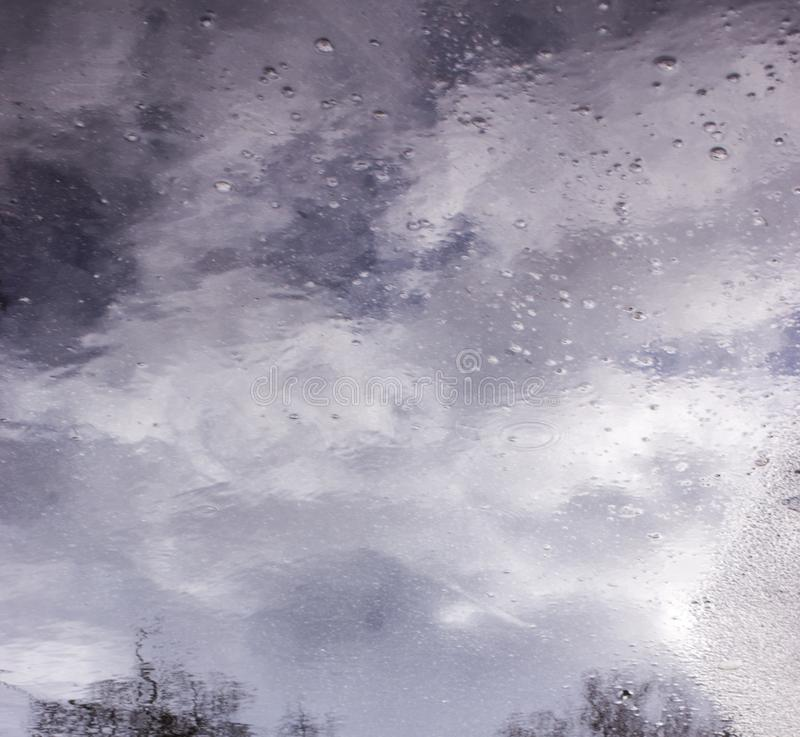 Σχέδια της μετακίνησης του νερού στη λίμνη στοκ φωτογραφίες