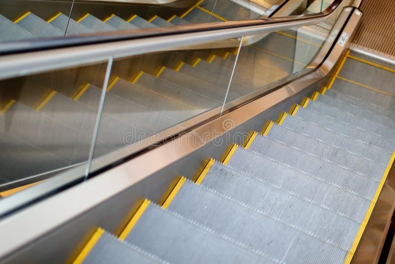 Σχέδιο αντανάκλασης της ηλεκτρικής κυλιόμενης σκάλας στο μετρό κίνηση επάνω στο ST στοκ εικόνα