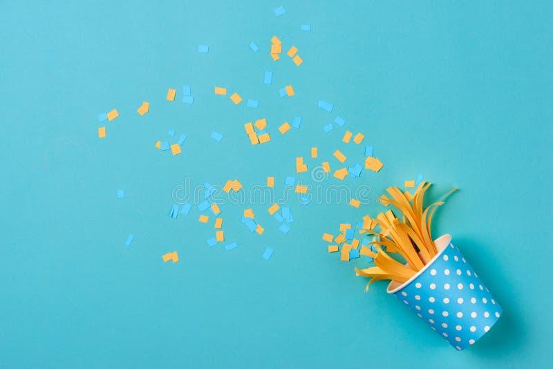 Σχέδιο εορτασμού με το διάφορο κομφετί κομμάτων στο μπλε backgrou στοκ φωτογραφία