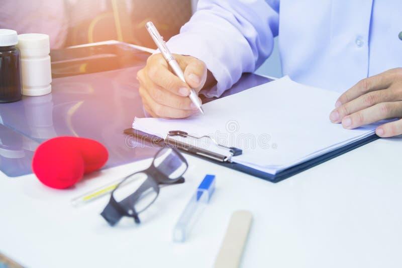 Σχέδιο θεραπείας του καρκίνου εκθέσεων γραψίματος μανδρών εκμετάλλευσης γιατρών για το γραφείο στοκ φωτογραφία με δικαίωμα ελεύθερης χρήσης