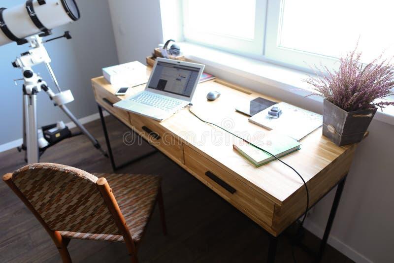 Σχέδιο και εξοπλισμένο γραφείο για την εργασία με τις συσκευές στο spacio στοκ εικόνες