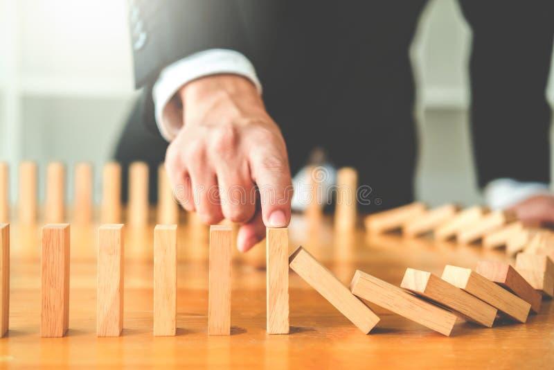 Σχέδιο και στρατηγική επιχειρηματιών στην επίδραση Leadersh επιχειρησιακών ντόμινο στοκ φωτογραφίες