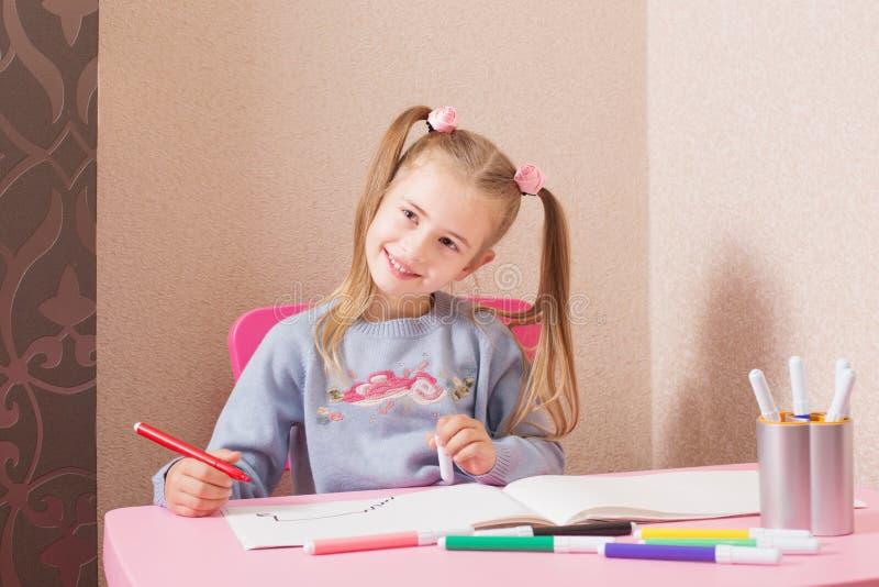 Σχέδιο κοριτσιών χαμόγελου στο σπίτι στοκ εικόνα