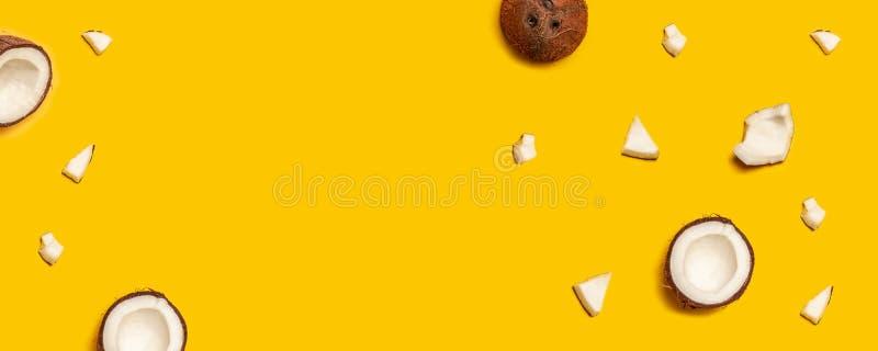 Σχέδιο με τις ώριμες καρύδες στο κίτρινο υπόβαθρο στοκ φωτογραφία με δικαίωμα ελεύθερης χρήσης