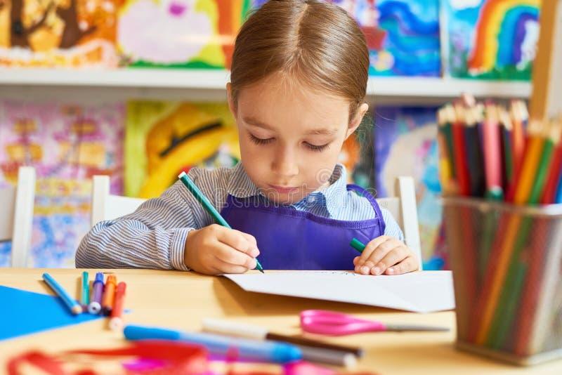 Σχέδιο μικρών κοριτσιών σε προσχολικό στοκ φωτογραφίες