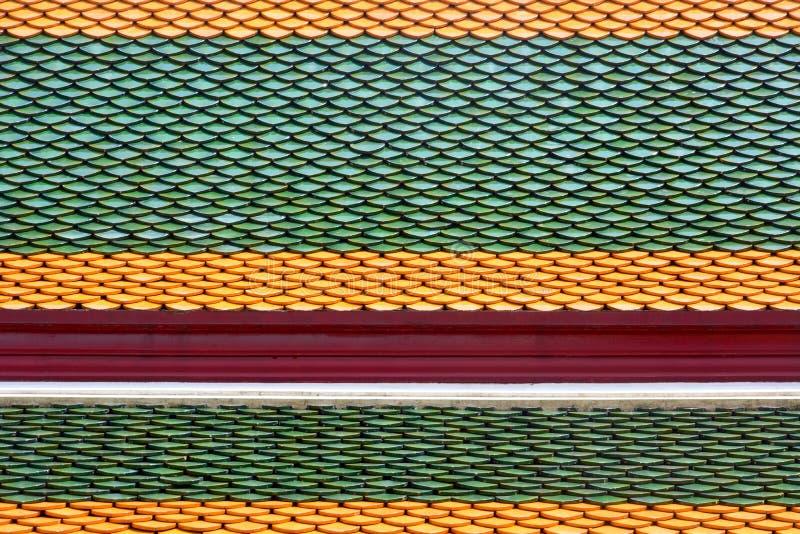 Σχέδιο μοτίβου οροφής ταϊλανδικού στυλ στον βουδιστικό ναό, στρώμα από πολύχρωμα κεραμικά πλακίδια φόντου υφής οροφής στοκ εικόνα με δικαίωμα ελεύθερης χρήσης