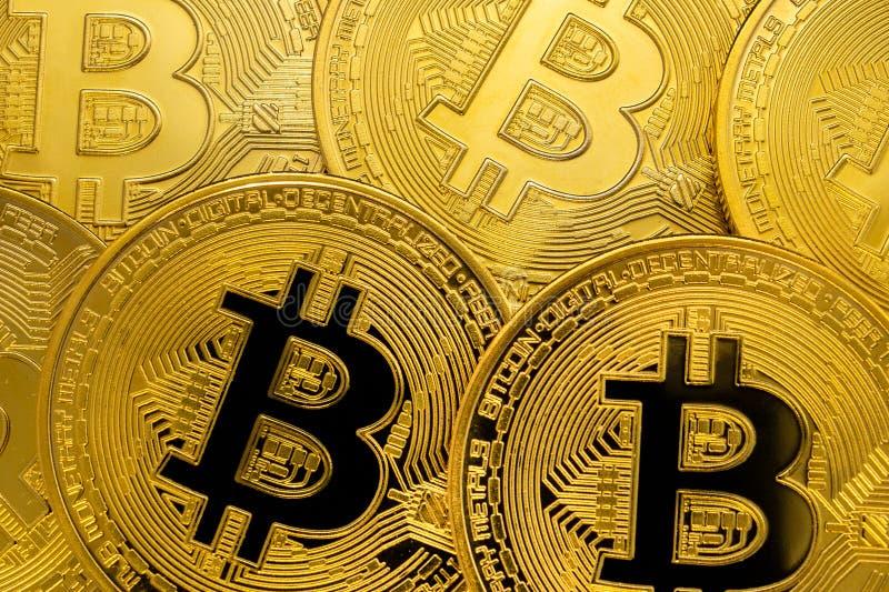 Σχέδιο πολλών χρυσών bitcoins Έννοια μεταλλείας Cryptocurrency Κλείστε μέχρι το νόμισμα Bitcoin στοκ εικόνες με δικαίωμα ελεύθερης χρήσης