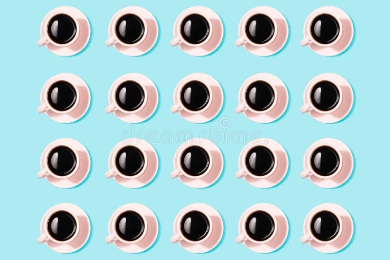 Σχέδιο που γίνεται με τα ρόδινα φλιτζάνια του καφέ Επίπεδος-βάλτε διανυσματική απεικόνιση