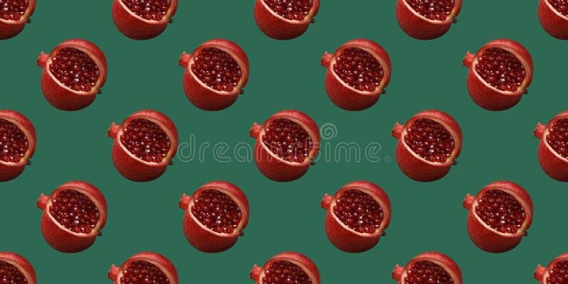 Σχέδιο ροδιών σε ένα πράσινο υπόβαθρο Άνευ ραφής σχέδιο θερινών φρούτων Αρχική ελάχιστη έννοια τροφίμων Φρούτα ροδιών με στοκ φωτογραφίες