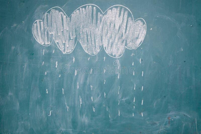 Σχέδιο της βροχής που πέφτει από το σύννεφο στον πίνακα κιμωλίας απεικόνιση αποθεμάτων