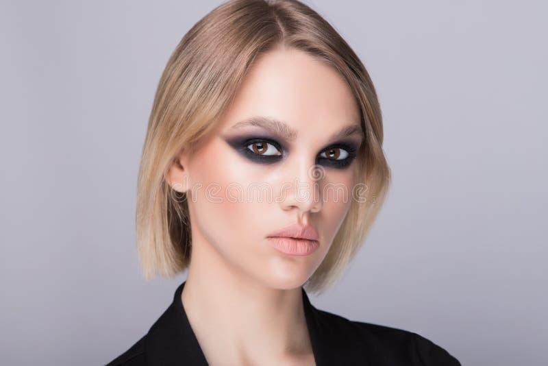 Σχέδιο του τέλειου σκοτεινού makeup βραδιού στο καυκάσιο πρότυπο στοκ φωτογραφίες με δικαίωμα ελεύθερης χρήσης