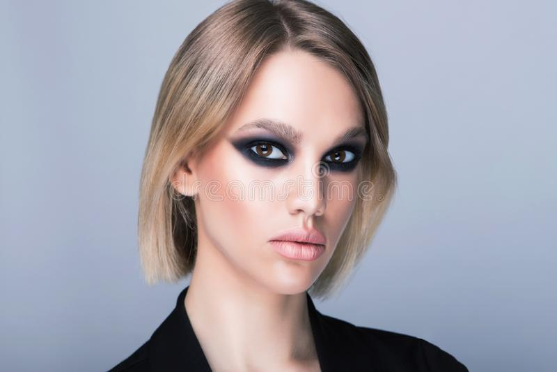 Σχέδιο του τέλειου σκοτεινού makeup βραδιού στο καυκάσιο πρότυπο στοκ φωτογραφίες
