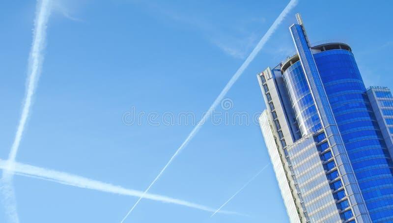Σχέδιο των ιχνών αεροπλάνων του συμπυκνωμένου αέρα στοκ φωτογραφίες