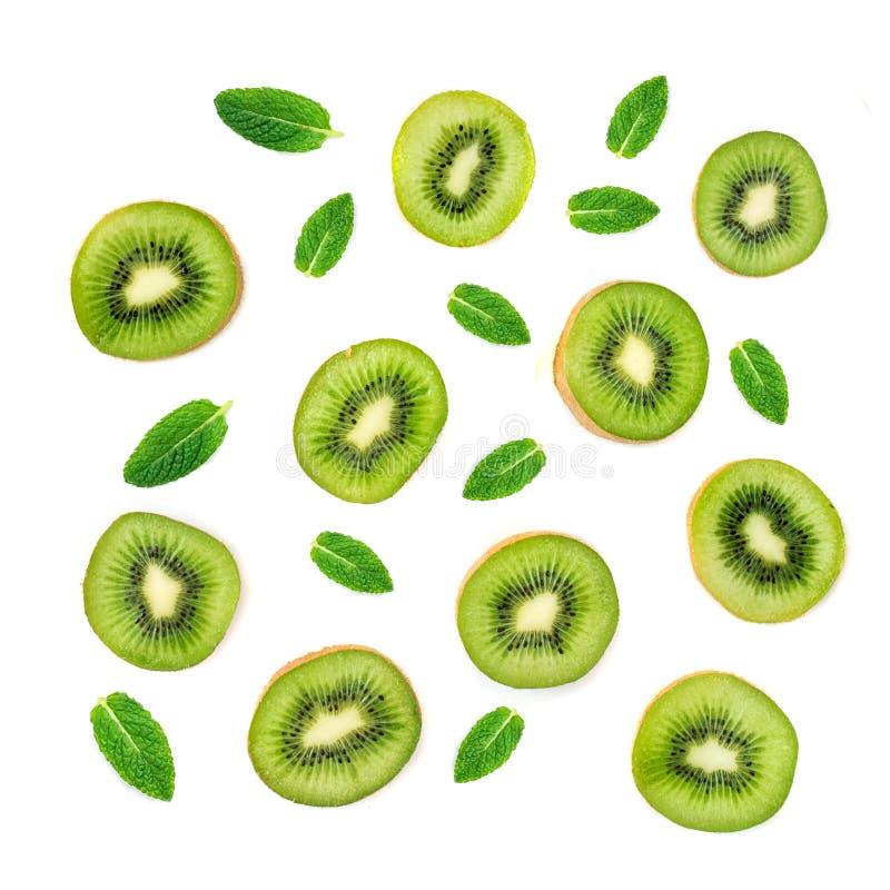 Σχέδιο φρούτων - δημιουργικό σχεδιάγραμμα φιαγμένο από φρούτα ακτινίδιων και φύλλο μεντών Πολλές φέτες ώριμου Kiwifruit στοκ εικόνες