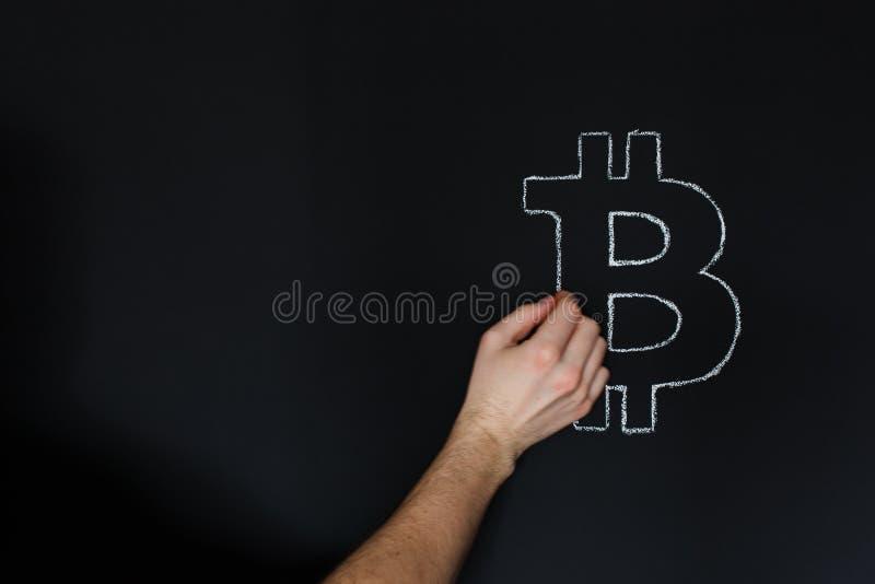 Σχέδιο Bitcoin χεριών ατόμων στον πίνακα με την κιμωλία στοκ εικόνες