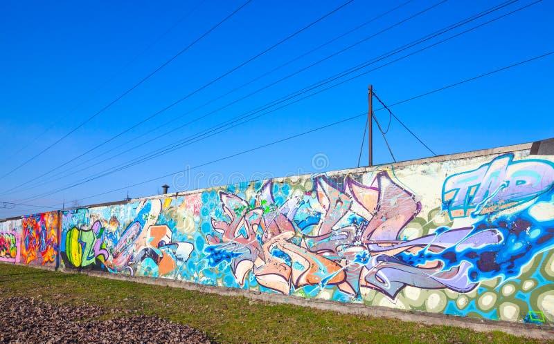 Σχέδια γκράφιτι στον παλαιό γκρίζο συμπαγή τοίχο στοκ φωτογραφίες με δικαίωμα ελεύθερης χρήσης