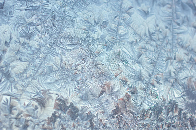 Σχέδια πάγου στο παγωμένο γυαλί στοκ εικόνες