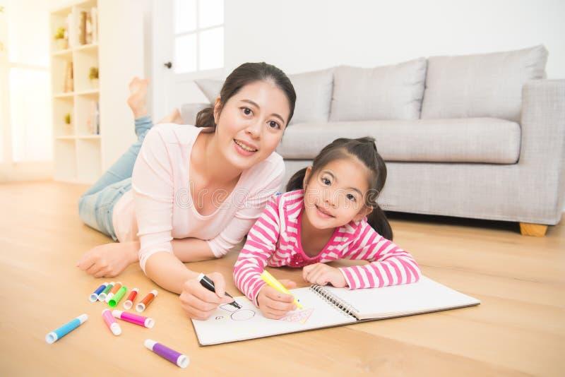 Σχέδιο ζωγραφικής κοριτσιών με τη μητέρα της στοκ εικόνα με δικαίωμα ελεύθερης χρήσης