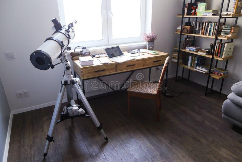 Σχέδιο και εξοπλισμένο γραφείο για την εργασία με τις συσκευές στο spacio στοκ εικόνες με δικαίωμα ελεύθερης χρήσης