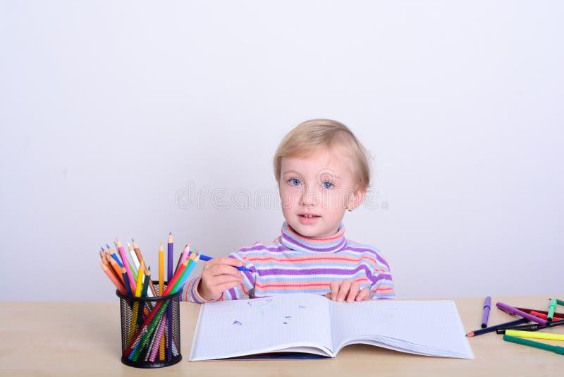 Σχέδιο κοριτσιών με τα ζωηρόχρωμα μολύβια στοκ εικόνες με δικαίωμα ελεύθερης χρήσης