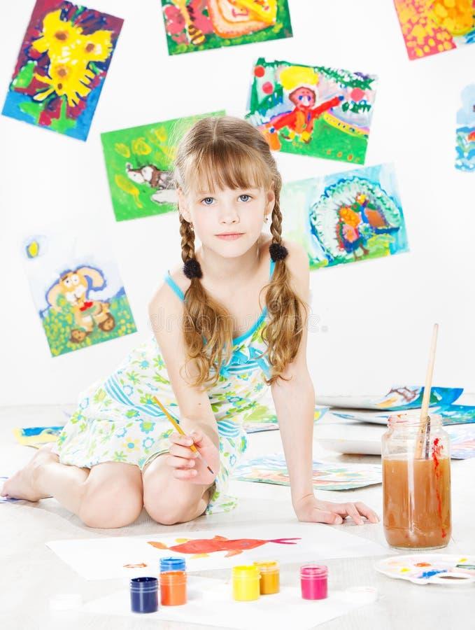 Σχέδιο παιδιών με τη βούρτσα χρώματος γκουας στοκ φωτογραφίες