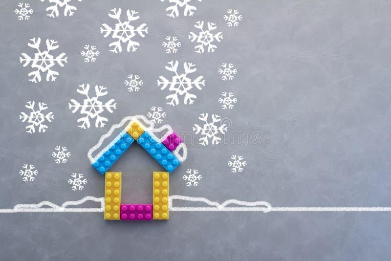 Σχέδιο του πρότυπου σπιτιού ενάντια στη νιφάδα χιονιού στοκ εικόνα με δικαίωμα ελεύθερης χρήσης