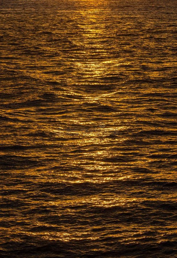 Σχέδιο των κυματισμών στον ωκεάνιο ήλιο απεικόνισης στοκ φωτογραφία με δικαίωμα ελεύθερης χρήσης