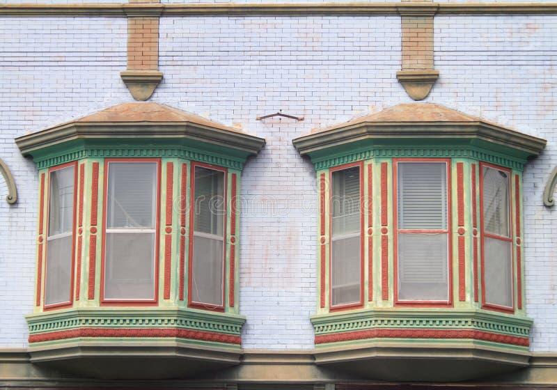 Σχέδιο δύο ζωηρόχρωμο παλαιό παραθύρων κεντρικός στοκ φωτογραφία