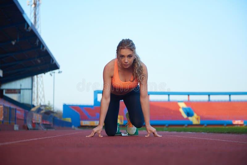 Σχέδιο Pixelated της γυναίκας sprinter που αφήνει τους αρχικούς φραγμούς στοκ εικόνες με δικαίωμα ελεύθερης χρήσης