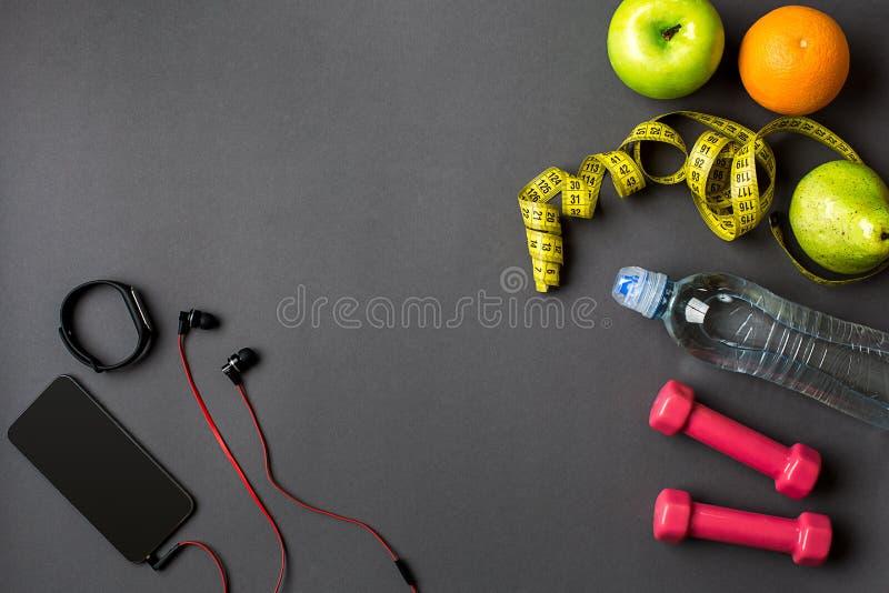 Σχέδιο Workout με τα τρόφιμα ικανότητας και εξοπλισμός στο γκρίζο υπόβαθρο, τοπ άποψη στοκ φωτογραφία με δικαίωμα ελεύθερης χρήσης