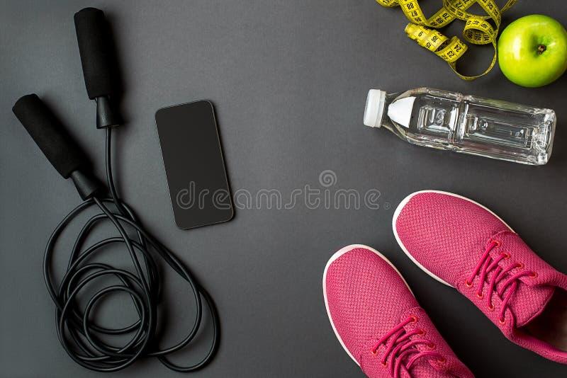 Σχέδιο Workout με τα τρόφιμα ικανότητας και εξοπλισμός στο γκρίζο υπόβαθρο, τοπ άποψη στοκ εικόνες