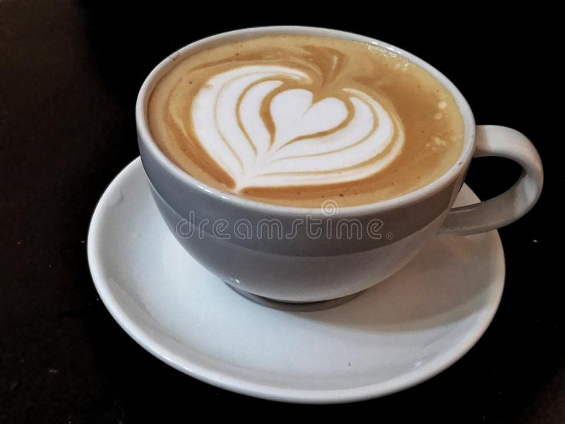 Σχήμα καρδιακής καρδιάς καφέ με λαττέ στοκ φωτογραφία με δικαίωμα ελεύθερης χρήσης