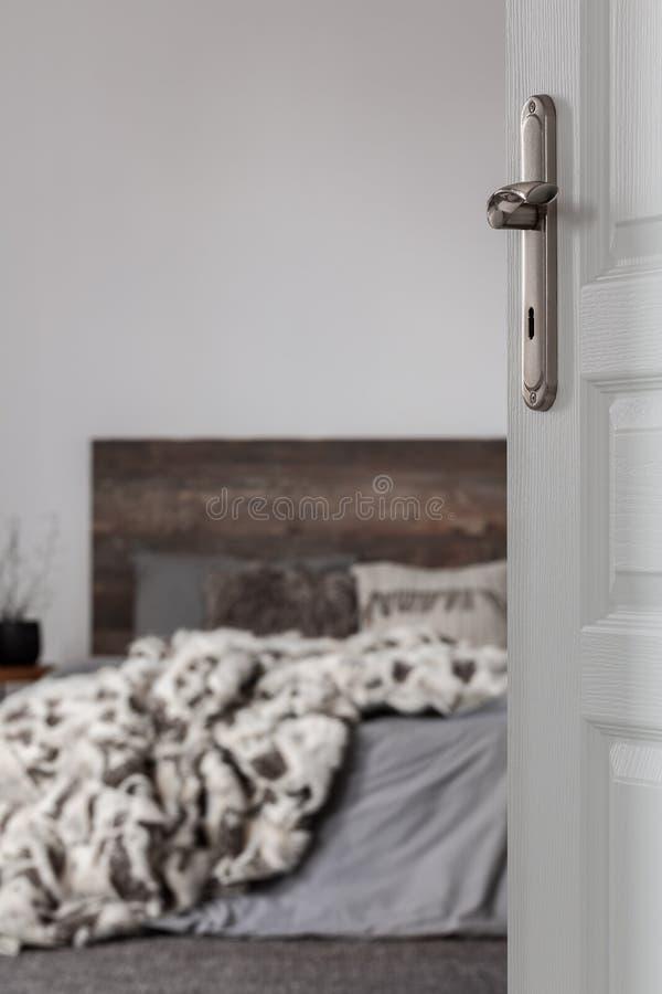 Σχεδίαση ξύλινου και γκρι κρεβατοκάμαρας στοκ εικόνα