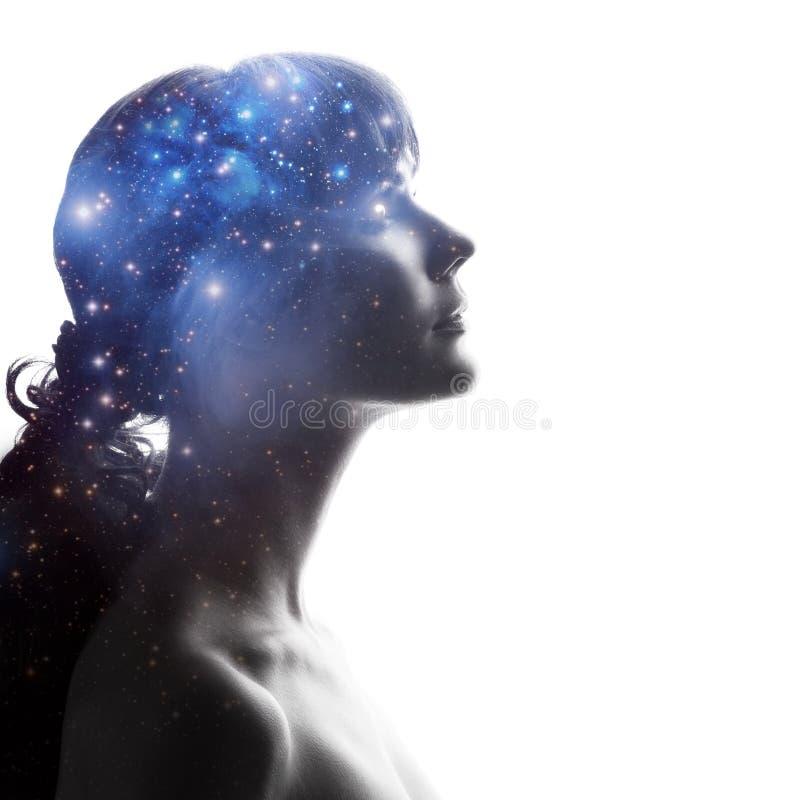 Σχεδιάγραμμα μιας γυναίκας με τον κόσμο ως εγκέφαλο Η επιστημονική έννοια Ο εγκέφαλος και η δημιουργικότητα στοκ εικόνα με δικαίωμα ελεύθερης χρήσης