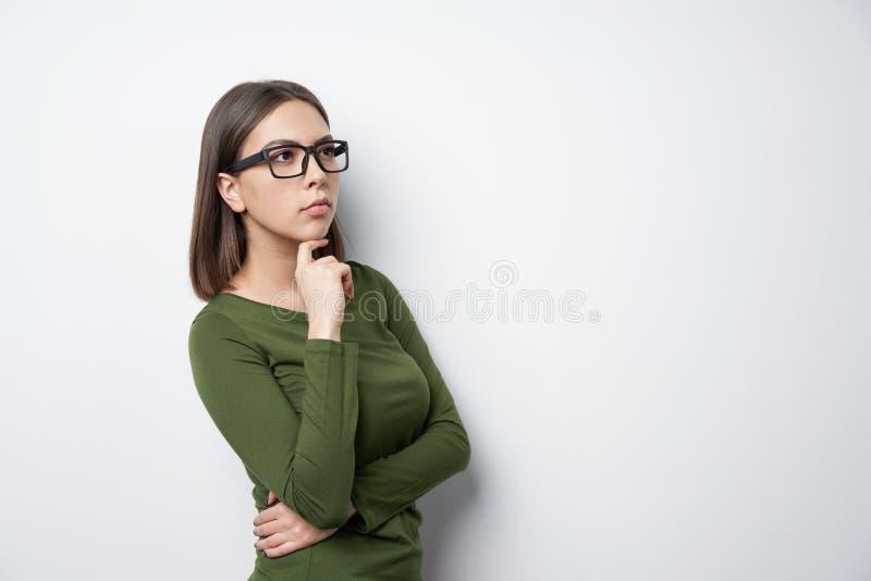 Σχεδιάγραμμα της βέβαιας γυναίκας στα γυαλιά που κοιτάζουν στην πλευρά στοκ εικόνα με δικαίωμα ελεύθερης χρήσης