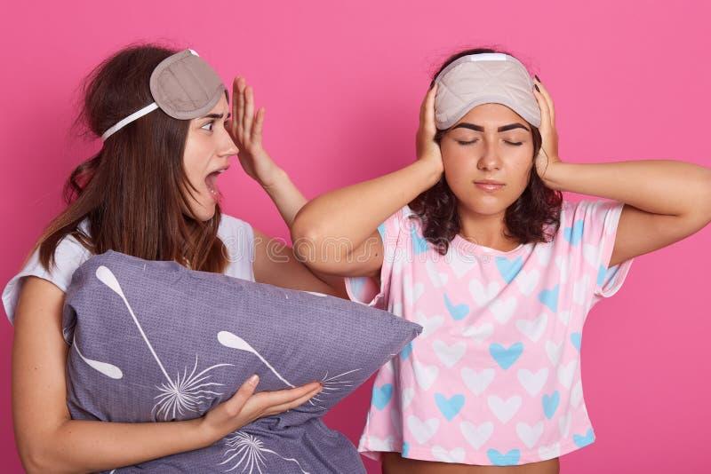 Σχεδιάγραμμα της νέας κραυγάζοντας γυναίκας που ανοίγει το στόμα της ευρέως με τον κλονισμό, που κρατά το μαξιλάρι διαθέσιμο, σχε στοκ εικόνες