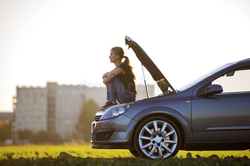 Σχεδιάγραμμα της νέας λεπτής ελκυστικής συνεδρίασης γυναικών στο αυτοκίνητο με το poppe στοκ φωτογραφία με δικαίωμα ελεύθερης χρήσης