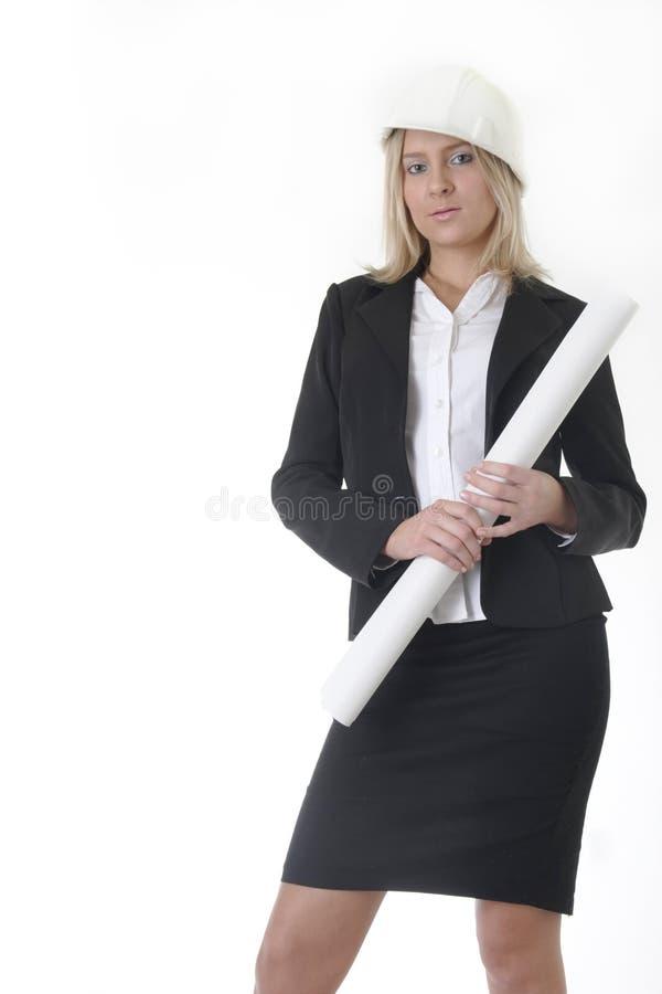 σχεδιαγράμματα αρχιτεκτόνων που κρατούν την κυρία κυλημένη επάνω στοκ φωτογραφία