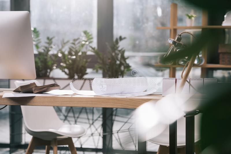 σχεδιαγράμματα και υπολογιστής στον εργασιακό χώρο σε σύγχρονο στοκ φωτογραφίες με δικαίωμα ελεύθερης χρήσης