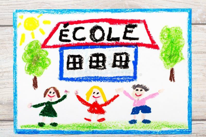 σχεδιασμός: Γαλλικό ΣΧΟΛΕΙΟ λέξης, σχολικό κτίριο και ευτυχή παιδιά ημερήσιο πρώτο σχολείο διανυσματική απεικόνιση