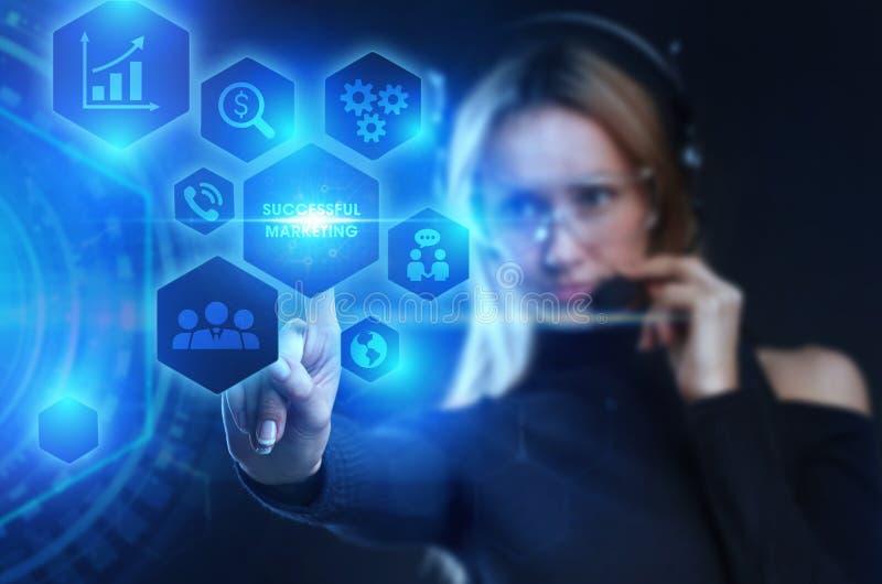 Σχεδιασμός στρατηγικής μάρκετινγκ Επιχειρηματικό, τεχνολογικό, Διαδίκτυο και έννοια του δικτύου Ο νεαρός επιχειρηματίας δείχνει τ στοκ φωτογραφίες