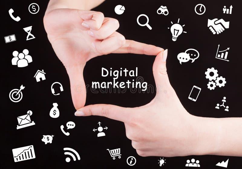Σχεδιασμός στρατηγικής μάρκετινγκ Τεχνολογία, Internet, επιχειρήσεις και μάρκετινγκ Νεαρή επιχειρηματίας γράφει λέξη: Ψηφιακό μάρ στοκ εικόνα με δικαίωμα ελεύθερης χρήσης